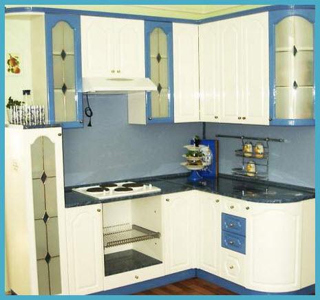 Дизайн кухни с о столешницей под окном 60